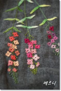 Embroidery Flowers Pattern, Embroidery Works, Simple Embroidery, Hand Embroidery Stitches, Hand Embroidery Designs, Ribbon Embroidery, Machine Embroidery, Embroidered Flowers, Japanese Embroidery