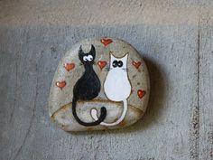 Piedras pintadas a mano para colgar con los gatos por Bidigo