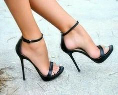 """Single toe and ankle strap. Blacksimpl"