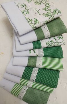 Dish Towel Crafts, Dish Towels, Hand Towels, Fabric Crafts, Sewing Crafts, Baby Sheets, Table Runner And Placemats, Small Sewing Projects, Geometric Pillow