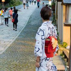 夏の一枚 たくさんの人と後ろ姿 対比してるのがなんとなくスキ #pupuru #yukata #wifirental