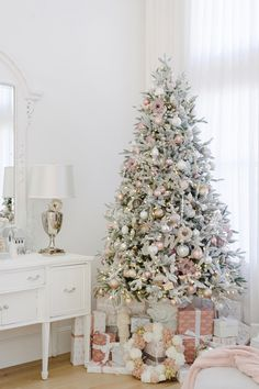 In Chirstmas,people often celebrated Christmas with trees and presents.Look at these traditional Chirstmas tree collections and decorate it.Family could sit together and admire your Christmas tree.Enjoy your holiday. Types Of Christmas Trees, Pretty Christmas Trees, Christmas Tree Themes, Outdoor Christmas Decorations, Christmas Love, Christmas Traditions, Holiday Decor, Xmas, Christmas Ideas