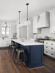 Things You Won't Like About Navy Blue Kitchen Cabinets Paint Colors Sherwin Williams And Things You Will 93 Two Tone Kitchen Cabinets, Kitchen Cabinet Remodel, Kitchen Countertops, White Cabinets, Two Toned Kitchen, Black Kitchens, Home Kitchens, Blue Kitchen Island, Small Kitchen Islands