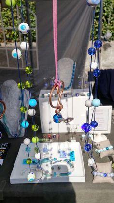 I satelliti: perle dai colori vivaci che fluttuano da fili di cotone cerato intorno al vosto collo. Potete scegliere colori, numero fili, lunghezza per realizzare la vostra costellazione di perle preferita  Cuore di rame: filo di alcantara con ciondolo a cuore in rame impreziosito da una perlina lavorata
