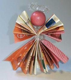 Einen Engel aus Geldscheinen kann man schnell selber machen. Zwei Geldscheine falten, mit einem Pfeifenputzer zusammen binden und eine Holzperle als Kopf; fertig ist der Engel als Geldgeschenk. http://www.kreativ-portal.de/anleitungen/geschenke/engel-aus-geldscheinen-selber-basteln