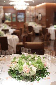 初夏の装花 メゾンポールボキューズ様へ 白にサーモンピンクを挿し色に : 一会 ウエディングの花