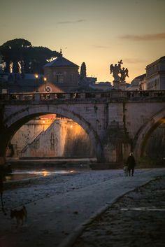 Romántica foto e iluminación cálida en el Trastevere