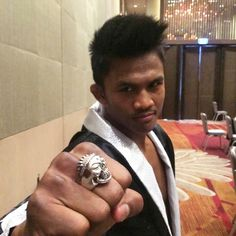 Muay Thai champion Buakaw is wearing Deific Inner Peace Skull Ring to pump himself up before the main fight. Mens Neck Chains, Mma, Buakaw Banchamek, Skull Wallpaper, Wallpaper Wallpapers, Paz Interior, Famous Celebrities, Silver Chain Necklace, Muay Thai