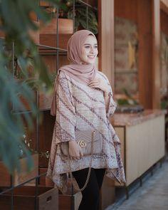 Model Baju Gamis Batik Kombinasi Kain Polos 2018 Terbaru 2019 Muslim Fashion, Modest Fashion, Hijab Fashion, Fashion Outfits, Women's Fashion, Fashion Sewing, Batik Muslim, Kebaya Muslim, Batik Kebaya