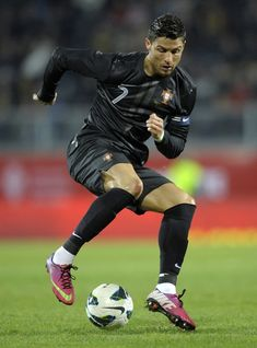 Cristiano Ronaldo black heel trick, with pink boots and an all-black kit of the Portuguese National Team, in 2013