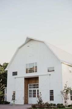 Photography : Shaun Menary Photography Read More on SMP: http://www.stylemepretty.com/texas-weddings/dallas/2016/03/31/rustic-white-sparrow-barn-wedding/
