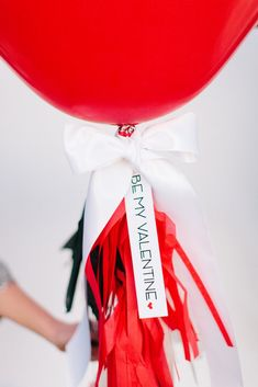 "FREE Printable ""Be My Valentine"" Tag :: DIY Giant Heart Balloon with Tassels"