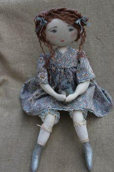 Chloé en petite robe printannière et bottines nacrées..(35cm) - Le Jardin des Farfalous