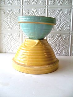 A yellow ware mixing bowl with shouldered rim and embossed Ringdesign. American, McCoy Pottery - ca The bowl, gold in color, measures 8 Vintage Bowls, Vintage Kitchenware, Vintage Dishes, Vintage Glassware, Antique Dishes, Vintage Pyrex, Antique Pottery, Mccoy Pottery, Pottery Bowls