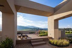 Casa de campo de arquitectura contemporánea bajo el cielo de la sabana