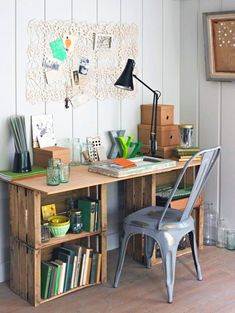 DIY desk ideas: Build yourself with trestles, desk .- DIY Schreibtisch Ideen: Selber bauen mit Böcken, Schreibtischplatte & Co. desk-build-easy-fruit-crates wine crates and rustic-cheap - Workspace Desk, Bookshelf Desk, Diy Desk, Home Office Furniture, Diy Furniture, Milk Crate Furniture, Furniture Design, Furniture Outlet, Bathroom Furniture