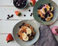This is just a slight variation of our banana pancakes . We've added some almond butter and dark chocolate chips which are 2 of our favourite things! The result is some seriously delicious american-style pancakes. Chocolate Chip Pancakes, Banana Pancakes, Dark Chocolate Chips, American Style Pancakes, Runner Beans, 2 Ingredients, Almond Butter, Breakfast, Food