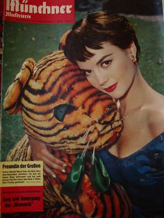 """The magazine """"Natalie Wood - Münchner Illustrierte Magazine Cover [West Germany] January has been viewed 20 times. Natalie Wood, Colorful Movie, Magazin Covers, The Great Race, Idol, Russian American, Splendour In The Grass, Beautiful Haircuts, Wood Magazine"""