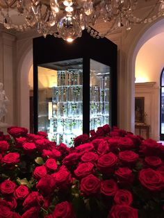 Fleur International assembles the most celebrated and renowned leaders in the floral & event industry to teach master classes to industry pros. Jeff Leatham, Frozen Rose, Warm, Table Decorations, Instagram Posts, Red, Conference, Design, Home Decor