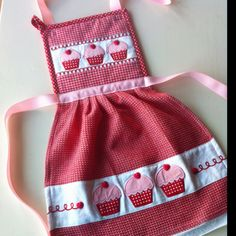 Simple apron from a hot pad and dish towel.   Got the hot pads and dish towels. Guess some kidlets are getting cutesie aprons!