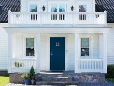 Ge huset ett lyft med ytterdörr i ny stil! Outdoor Areas, Garage Doors, Loft, Cottage, Mansions, Architecture, House Styles, Interior, Outdoor Decor