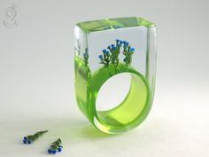 Kornblumen – sommerliche Kornblumen-Ring mit blauen Kunststoff Mini-Blümchen auf grünem Boden in Gießharz ///// © Isabell Kiefhaber www.geschmeideunterteck.de