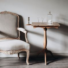 French Furniture, Rustic Furniture, Furniture Design, Grey Wall Decor, Swedish Interiors, Vibeke Design, Swedish Style, Country Interior, Furniture Upholstery