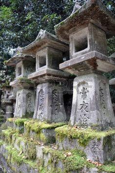 Imagen de http://us.123rf.com/450wm/paskee/paskee1305/paskee130500013/19969019-tres-enormes-linternas-de-piedra-est-n-de-pie-delante-de-un-templo-cerca-de-nara-jap-n.jpg.