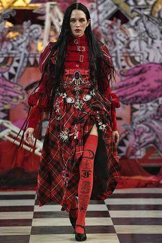 Dilara Findikoglu Spring/Summer 2018 Ready To Wear British Vogue Haute Couture Style, Couture Mode, Couture Fashion, Funky Fashion, Dark Fashion, High Fashion, Fashion Show, Fashion Design, Fashion Women