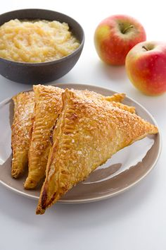 Appelflappen maken. Bladerdeeg gebak gevuld met zelfgemaakte appelmoes en bestrooit met decoratiesuiker. Dutch Recipes, Pastry Recipes, No Bake Desserts, Dessert Recipes, Recipe Using Apples, All U Can Eat, Good Food, Yummy Food, Sweet Pie