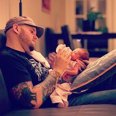 Daddy giving his newborn baby some nourishment and love. #TeamDDW #daddydoinwork