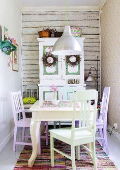 Vanhan talon ahtaasta sopukasta tehtiin kodikas ruokailutila. Kunnostettu talonpoikaiskaappi, hirsiseinä, värikkäät tuolit ja antiikkipöytä luovat ihanan tunnelman!