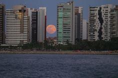 Superlua vista entre prédios da avenida Beira Mar de Fortaleza
