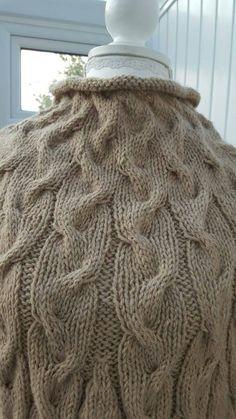 60e41512764 Prêt à lexpédition... Magnifiquement à la main poncho tricoté avec poignets  en laine