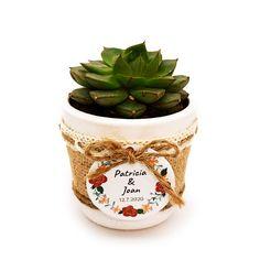 Detalle de boda con cactus o suculenta natural montado en maceta ceramica con cubremacetas de yute y decorada con cinta. Elegante detalle de boda, comunión o fiesta para regalar a tus invitados y para conservar un hermoso recuerdo de este gran día. #detallesdeboda #boda2020 #boda #barcelona #cactus #regalo Cactus Y Suculentas, Decoration, Planter Pots, Natural, Guest Gifts, Wedding Day Gifts, Cactus Wedding, Mini Cactus Garden, Trendy Wedding