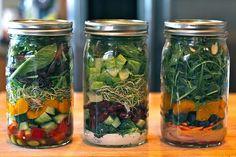Salad to go! Poner en un frasco de cristal en este orden: - Primero el aderezo - Luego agregar a gusto trozos de pepino, tomate, rábano, calabacín, zanahoria, pimiento, brócoli, garbanzos, alubias.... - En tercer lugar agregar cualquiera de estos: semillas, nueces, quinoa, mandarina, cebolla, tomate, fresas, champiñones... - y por último poner hojas a elección: Germinados, Rúcola, espinacas, lechuga, canónicos, berros... Tapar bien y listo