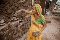BOUSE. La bouse de vache est un produit réutilisable en Inde, au Pakistan, en Afghanistan et au Kenya et d'autres pays voisins. En Inde, la vache est considéré comme un animal sacré qui, cependant, selon la tradition hindoue, vous pouvez obtenir le lait, le fromage, le yogourt ou lait caillé, et les excréments, les cinq « Panchgavya ». Excrément est séché et utilisé comme carburant au Pakistan et en Afghanistan. Au Kenya, il est utilisé comme propriétés de revêtement, en particulier couvert…