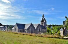 Eglise, cimetière et presbytère à St quay perros Cotes d'armor France, auteur pierre bastien pour Patrimoine de France.