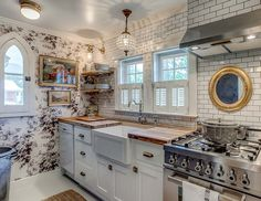 See photos of Holly Williams' latest renovation project in Leiper's Fork, Tennessee, a historic cottage turned quaint farmhouse inn called Sweeney Cottage Inn. Country Farmhouse Decor, Farmhouse Kitchen Decor, French Cottage Kitchens, French Cottage Decor, Coastal Cottage, Kitchen Interior, Cottage Style, Modern Interior, Interior Design