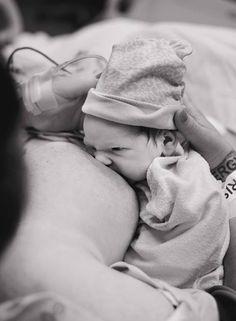 Une première tétée en salle de naissance. #prise_du_sein