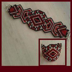 Pulsera inspirada en el folclore rumano Embroidery Bracelets, Woven Bracelets, Seed Bead Bracelets, Beaded Embroidery, Peyote Patterns, Bracelet Patterns, Beading Patterns, Brick Stitch Earrings, Beadwork Designs