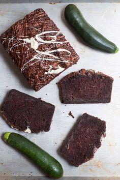 Durch Zucchini im Teig wird dieser Schokoladenkuchen extra saftig! #Kastenkuchen #Schokoladenkuchen #Zucchini