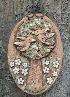 Ptáčci na stromě Keramický oválný obrázek se zamilovanými ptáčky na stromě je patinovaný burelem a malovaný engobami. Je doplněn krucánkovým držátkem od Metudky. Velikost oválu je 11 x 16 cm. Fler nominace: Ptáčci Fler nominace: Pojďte, dotkne se Vás paní Něha
