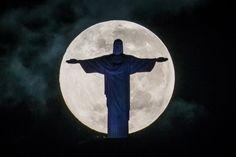 El cristo redentor de Brasil, sublime bajo la mirada de la luna llena