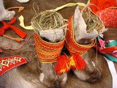 Kolttasaamelaisen naisen juhlapaulat. Folk Clothing, Lappland, Wearable Technology, Lofoten, Marimekko, People Photography, Folklore, Handicraft, Finland