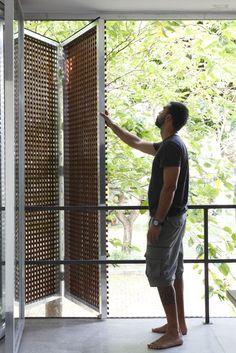 Casa Projetada pela Brasil Arquitetura e publicada na Arq e Construção Fotos Facade Design, Exterior Design, Interior And Exterior, Window Design, Door Design, House Design, Camper Makeover, Facade Architecture, Chinese Architecture