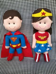 Super Homem e Mulher Maravilha em feltro personalizados.
