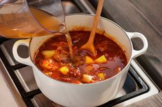 Ungarsk gulasj | Oppskrift - MatPrat Goulash, Fondue, Chili, Mad, Food And Drink, Soup, Cheese, Ethnic Recipes, Red Peppers