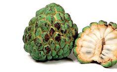 Quais os benefícios da fruta do conde. Quem aprecia as frutas doces, certamente, acha delicioso o gosto da fruta do conde. Mas não é só por isso que ela deve ser incluída no cardápio, a espécie conta com uma série de vantagens para o organ...