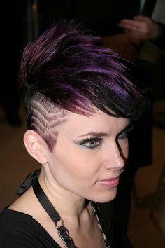 Heard About Women& Hair Tattoo Designs? Try One Of Them For Fun Sake! With women's hair tattoo designs, one doesn't have to have needles and pins administered to their scalp. Modern Short Hairstyles, Mohawk Hairstyles, My Hairstyle, Trendy Hairstyles, Undercut Mohawk, Shaved Hairstyles, Kelly Osbourne, Haare Tattoo Designs, Short Hair Cuts